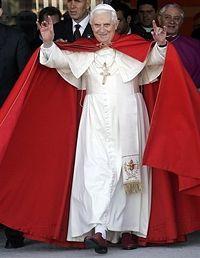 Ratzinger saludando